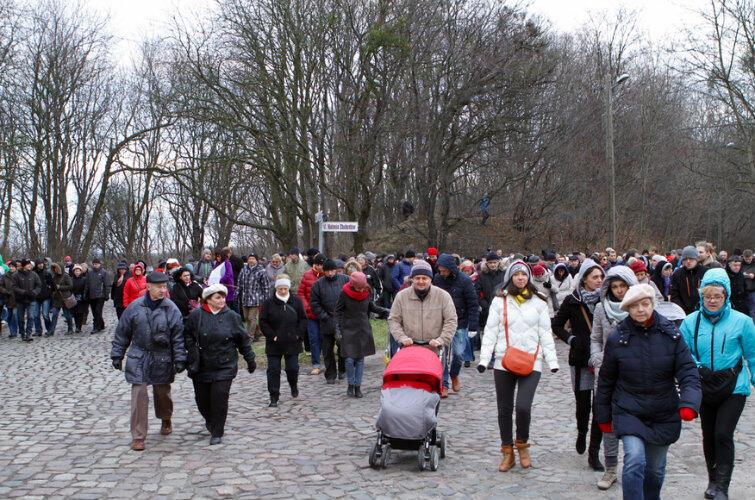 Uczestnicy niedzielnego spaceru po Chełmie - u zbiegu ulic: Lubuska, Pohulanka, Kolonia Przyszłość.