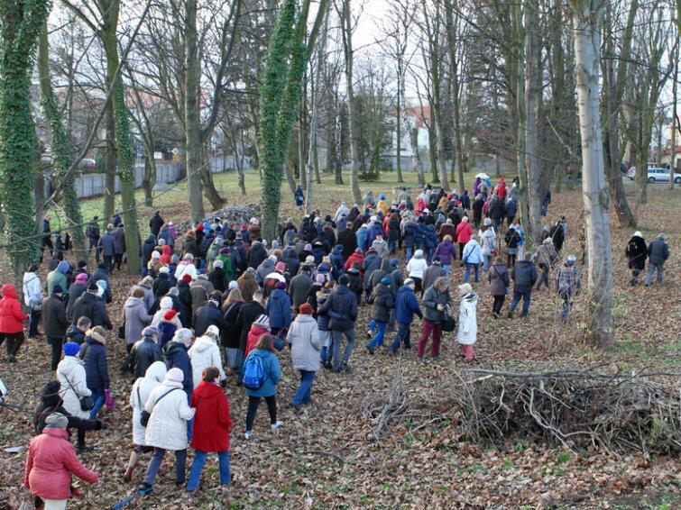 Uczestnicy niedzielnej wycieczki po Chełmie przechodzą przez teren starego cmentarza nieopodal kościoła Podwyższenia Krzyża.