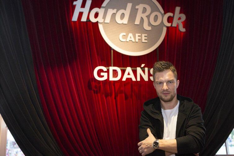Adam Sztaba, ambasador gdańskiego koncertu, w Hard Rock Cafe.
