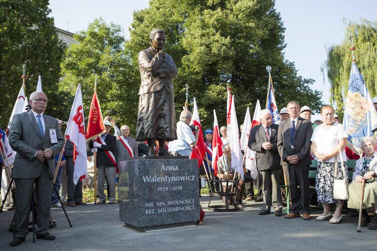 Od dnia odsłonięcia pomnika Anny Walentynowicz, która mieszkała nieopodal - skwer musi wyglądać porządnie na co dzień i od święta. Na zdjęciu: uroczystości 15 sierpnia 2015 r.