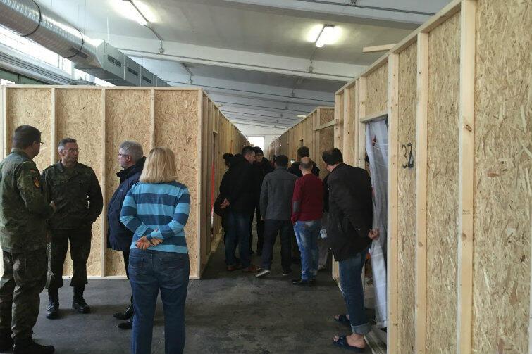 Brema. W magazynach zaadaptowanych na potrzeby mieszkań dla uchodźców przestrzeń została podzielona na quasi pokoje.