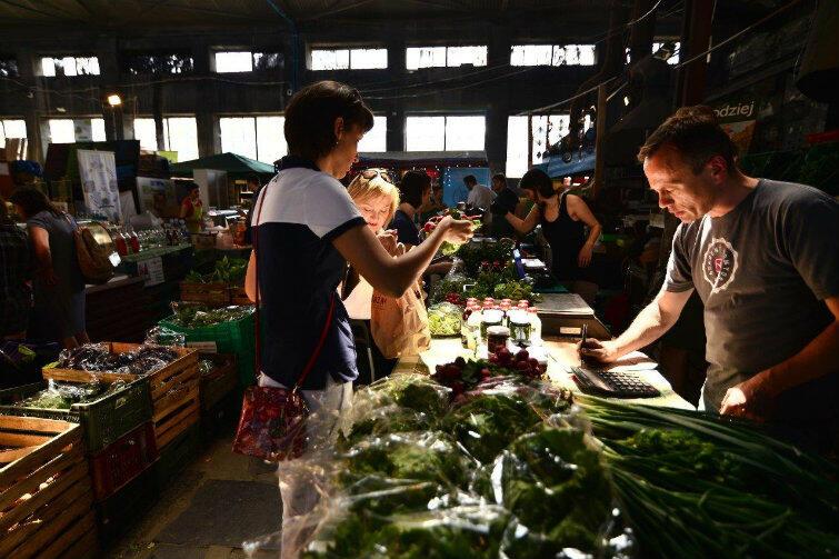 Kluczem do sukcesu są jakość i cena. Klienci kupują certyfikowane produkty bezpośrednio od rolników. Na zdjęciu - BioBazar w Katowicach.