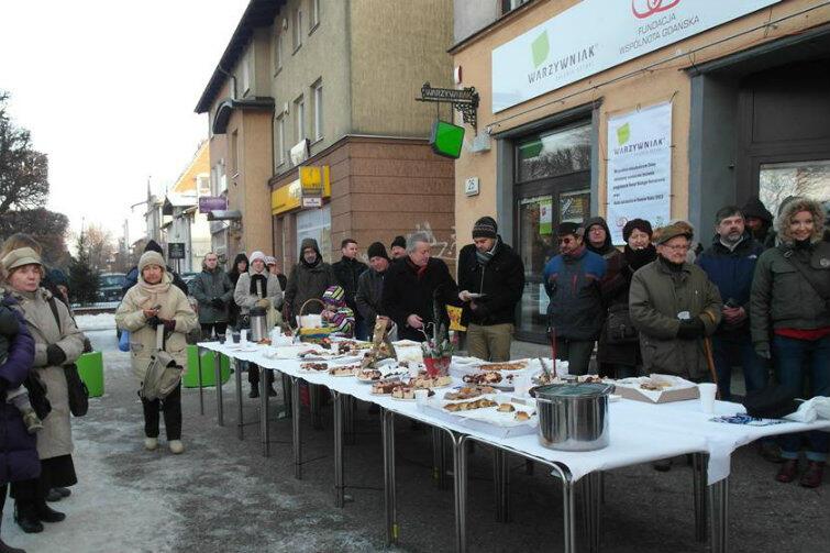 Mieszkańcy Oliwy i ich goście z całego świata od kilku lat przełamują się opłatkiem przed siedzibą Fundacji Wspólnota Gdańska.