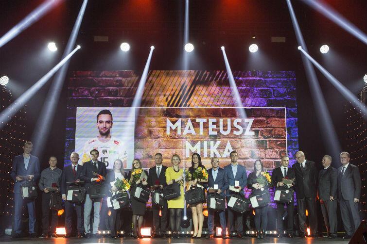 Najlepsi sportowcy lub ich przedstawiciele (m.in. członkowie rodziny i działacze klubu) podczas Gdańskiej Gali Sportu 2015. Ten najlepszy - Mateusz Mika - tylko na telebimie
