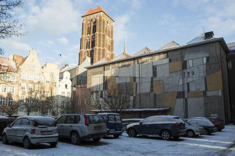 Mozaika Anny Fiszer przez 60 lat zdobiła ścianę kina w podwórzu usytuowanym między ulicami Długą i Piwną.