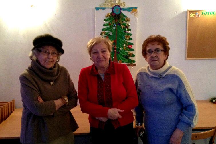 Krystyna Tylman, Helena Turk i Irmina Golińska w siedzibie klubu seniora przy Ogarnej.
