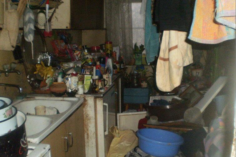Mieszkanie komunalne opuszczone przez najemców.