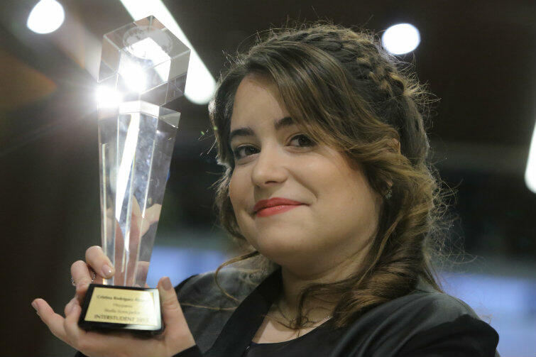 Cristina Rodríguez Álvarez ze statuetką zwycięzcy konkursu INTERSTUDENT.
