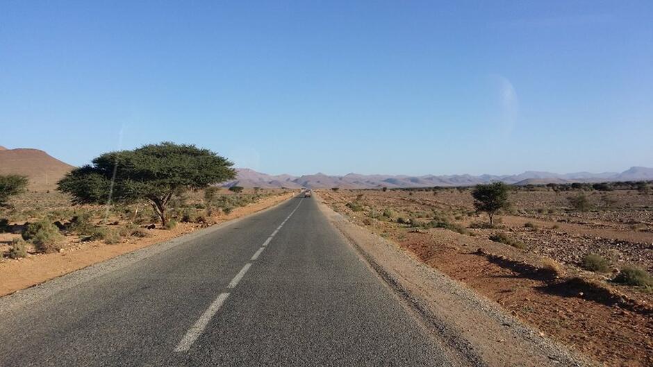 Afrykańska droga widziana zza szyby zabytkowego Żuka