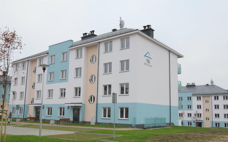 """W październiku 2015 roku pierwsi lokatorzy otrzymali klucze do 48 mieszkań w standardzie """"pod klucz"""" w dwóch budynkach wzniesionych przez spółkę miejską TBS """"Motława"""" przy ul. Kolorowej."""