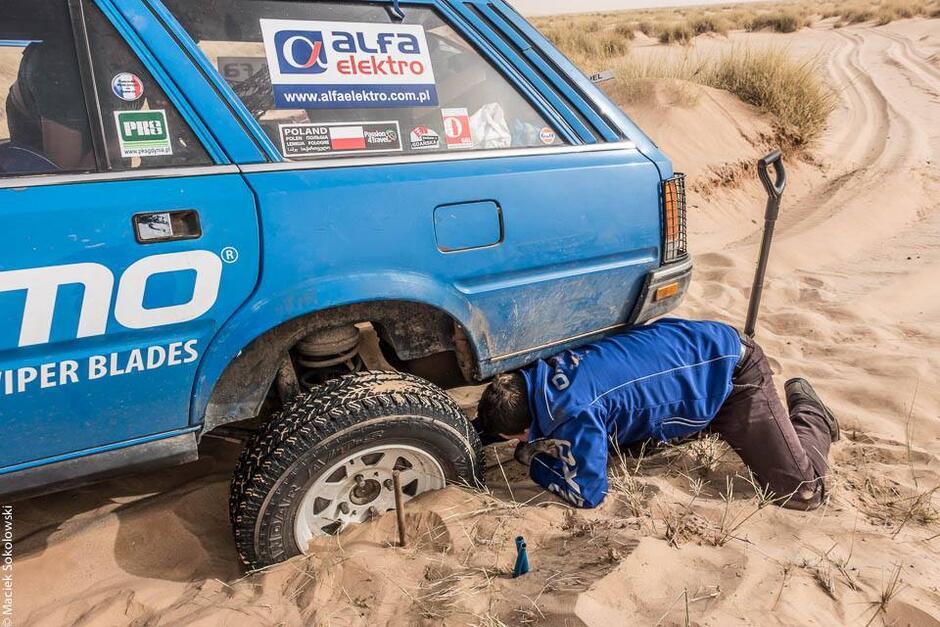 Niebieski zakopany w piasku