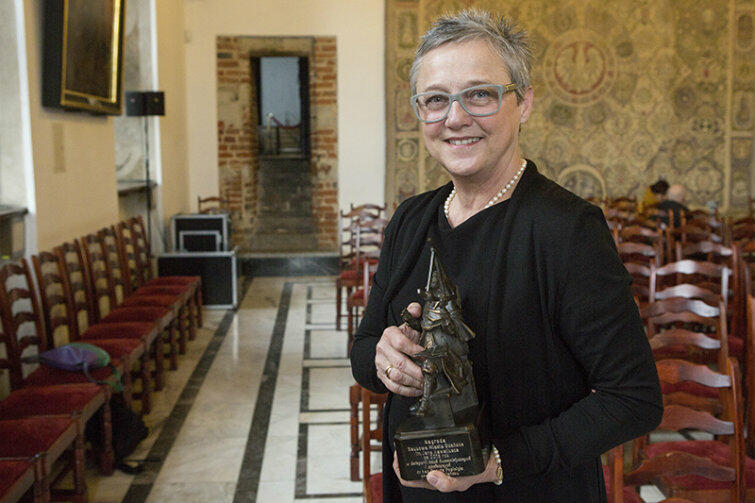 Prof. Danuta Popinigis ze statuetką Jana Heweliusza.