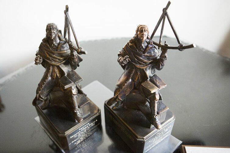 Statuetki Jana Heweliusza tuż przed przekazaniem ich w ręce laureatów.