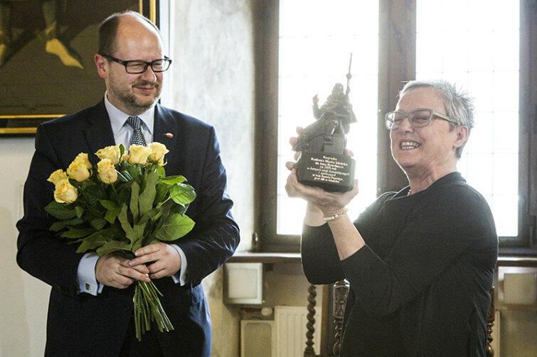 Laureatka odbiera nagrodę z rąk Pawła Adamowicza, prezydenta Gdańska.