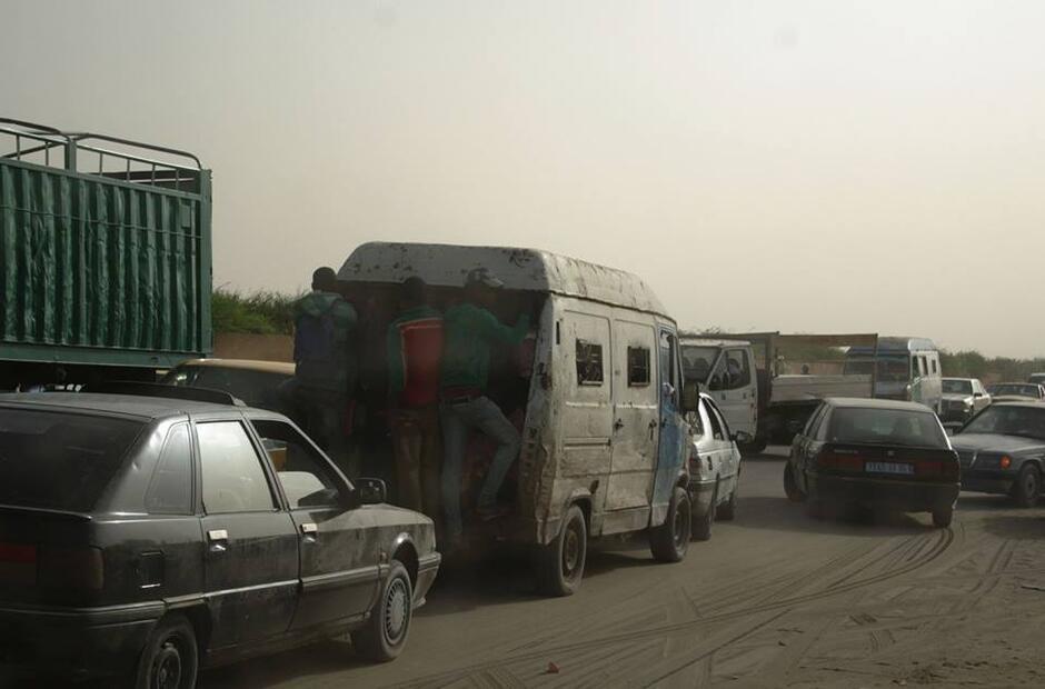 Zniszczone auta na afrykańskich drogach