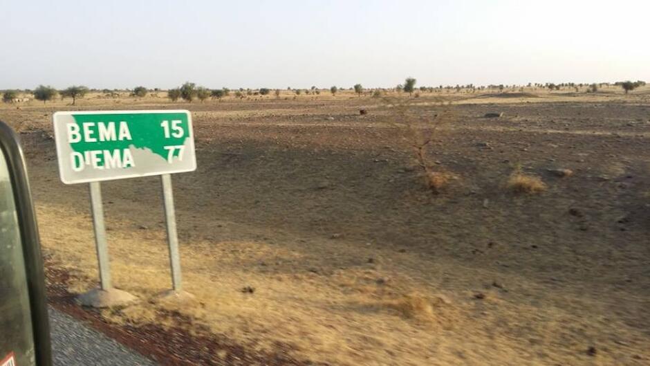 Tablica informacyjna na afrykańskiej drodze