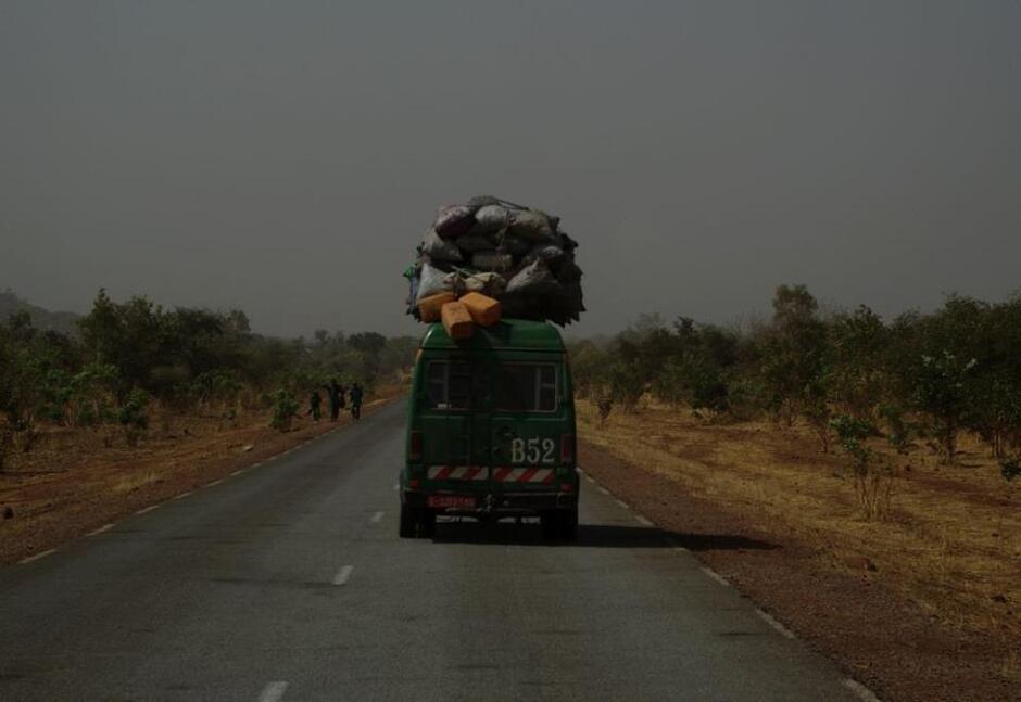 Wypełniony samochód na afrykańskiej drodze