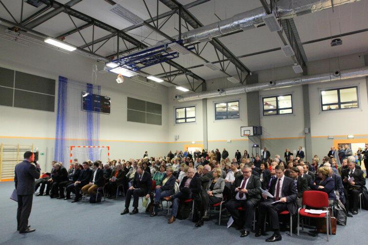 Do szkoły przy Azaliowej na spotkanie z prezydentem i jego współpracownikami przyszło ponad 150 osób.
