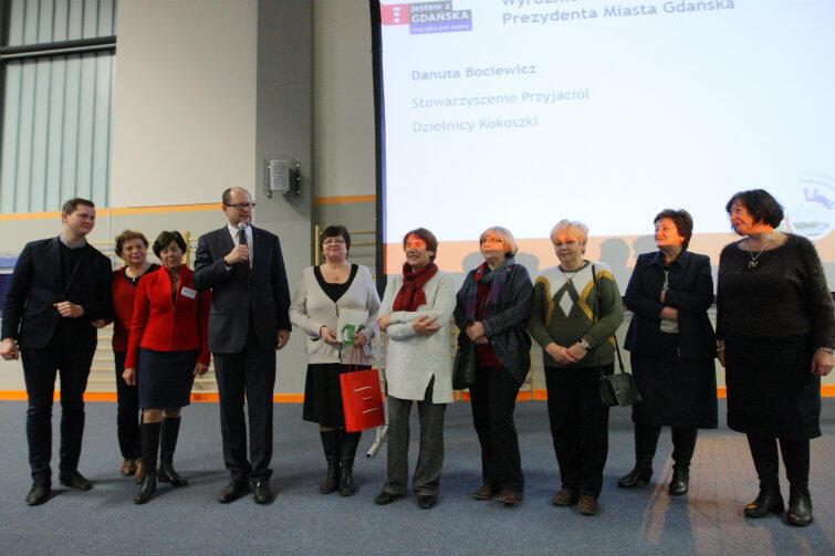 Danuta Bociewicz (z czerwoną torbą w ręce) ze Stowarzyszenia Przyjaciół Dzielnicy Kokoszki wykorzystała okazję i w trakcie wręczania drobnego upominku... zaprosiła działaczki SPDK do wspólnego zdjęcia z prezydentem.