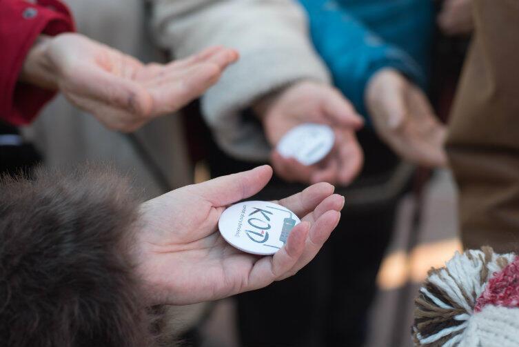 Tym, co wyróżniało spacerowiczów z KOD, były rozdawane znaczki z symbolem organizacji.
