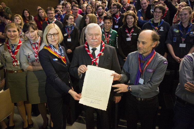 Choć dla wielu Polaków Lech Wałęsa jest agentem SB, to ma przecież u nas i na świecie wielu zwolenników. Tu z harcerzami i skautami ze świata w budynku Europejskiego Centrum Solidarności.