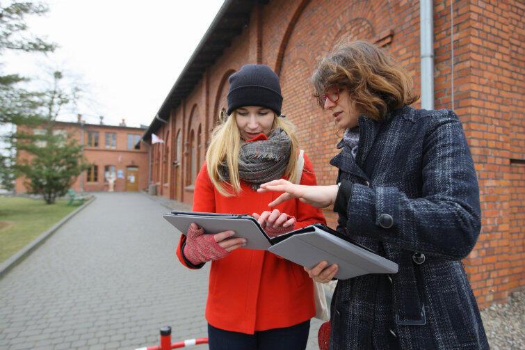 Marta Tymińska pokazuje działanie aplikacji Marcie Bednarskiej z Instytutu Kultury Miejskiej.