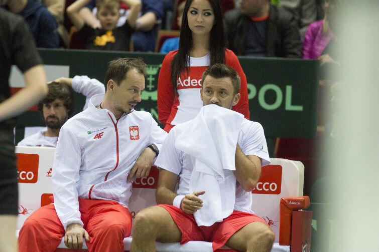 Kapitan polskiej drużny Radosław Szymanik i Michał Przysiężny omawiają taktykę podczas jednej z przerw w meczu