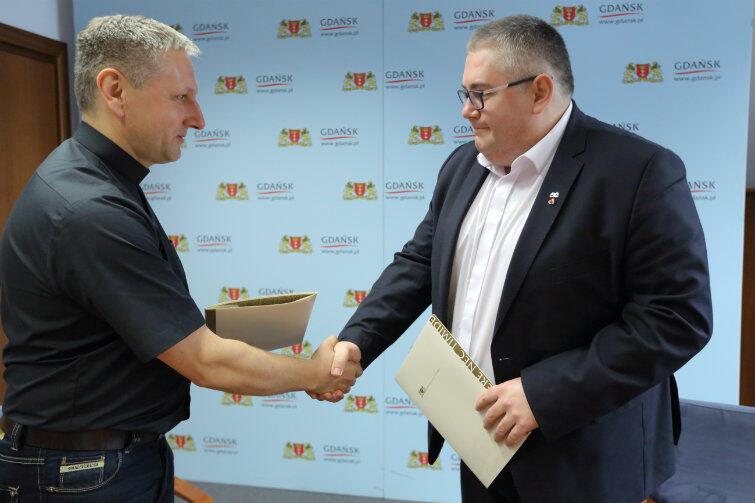 Umowę o współpracy podpisali: w imieniu Kościoła ks. Krzysztof Nowak, w imieniu miasta zastępca prezydenta Gdańska Piotr Kowalczuk.