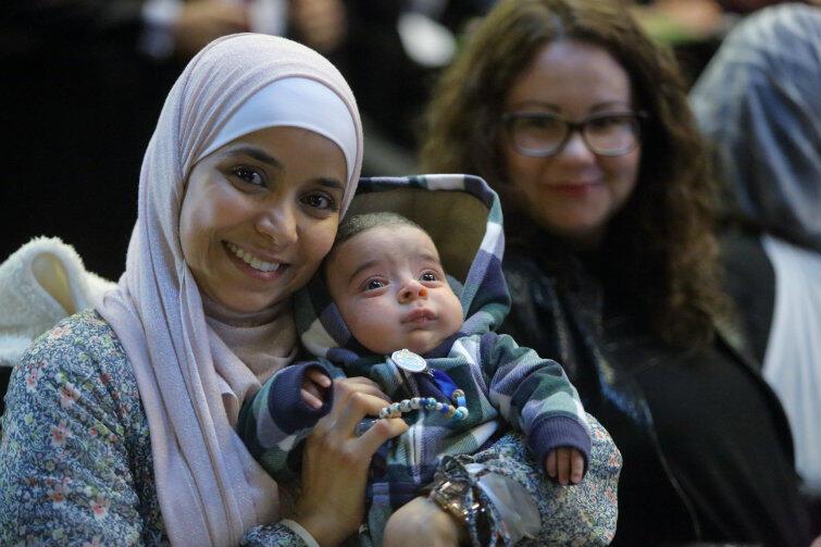 Debacie o imigrantach przysłuchiwali się też jej bohaterowie. Na zdjęciu młody obywatel Gdańska i jego mama - muzułmanka.