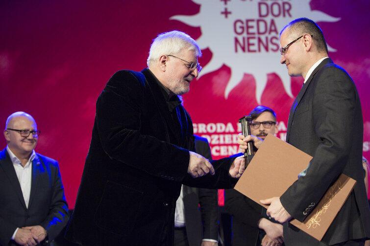Tytuł Mecenasa Kultury Gdańska za 2015 rok odbiera z rąk Marka Bumblisa przedstawiciel firmy Ziaja.