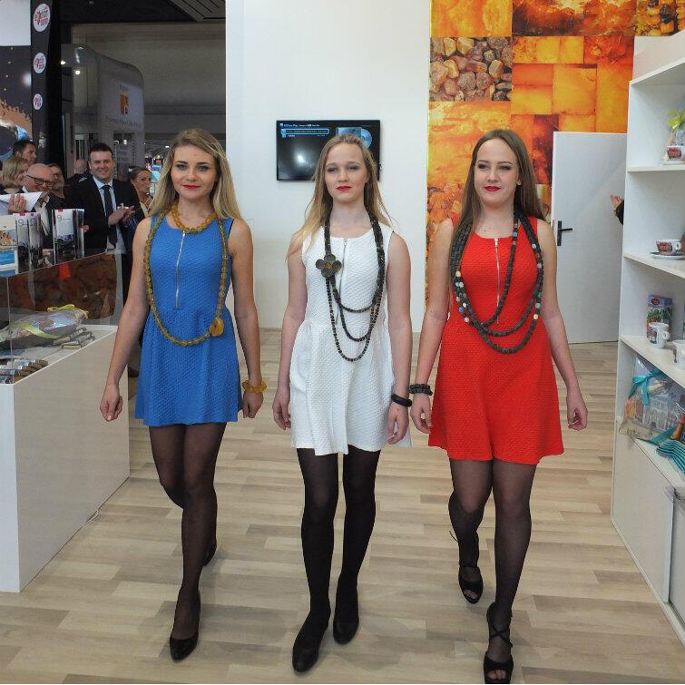 Pokaz mody bursztynowej na gdańskim stoisku. W roli modelek wystąpiły Polki zamieszkałe w Nicei i okolicach.