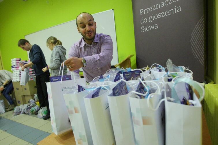 Mohamed Atoun, szef Ligi Muzułmańskiej w Gdańsku, przyłączył się do przygotowywania świątecznego posiłku i kompletowania paczek.