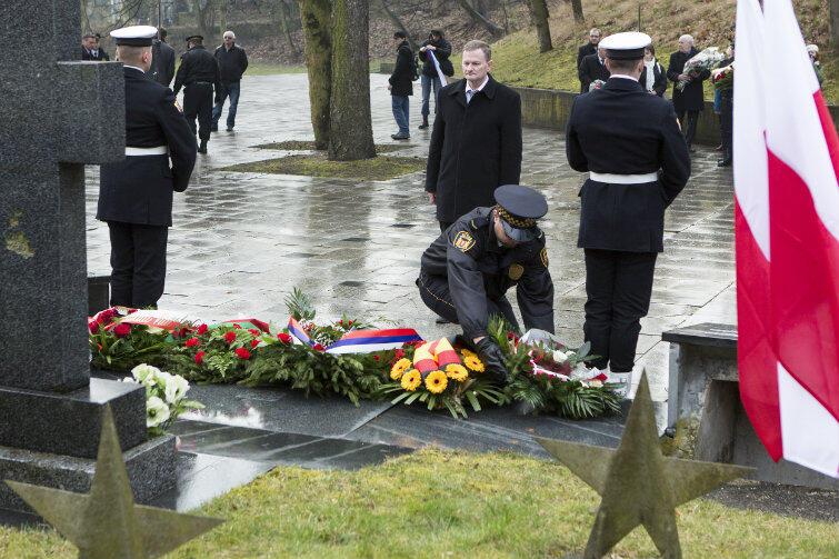 Kwiaty składa wiceprzewodniczący Sejmiku Województwa Pomorskiego, Grzegorz Grzelak, który w latach PRL chciał wysadzić w powietrze Pomnik Żołnierzy Radzieckich w Gdańsku.