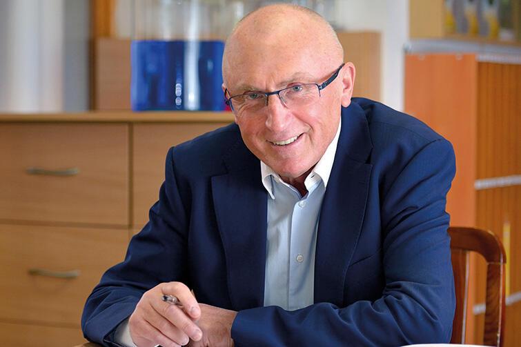 Prof. Jacek Namieśnik w swoim gabinecie.