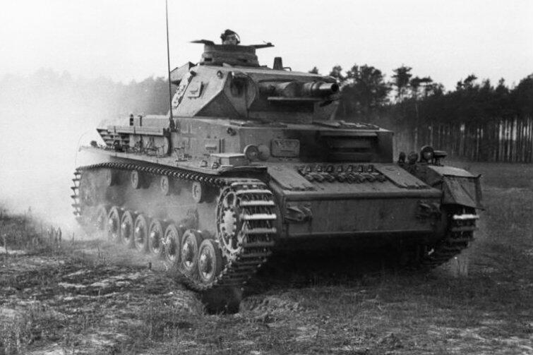 Charakterystyczna sylwetka niemieckiego czołgu Panzerkampfwagen IV (PzKpfw IV). Najprawdopodobniej taka właśnie maszyna znajduje się w ziemi na terenie Portu Północnego.