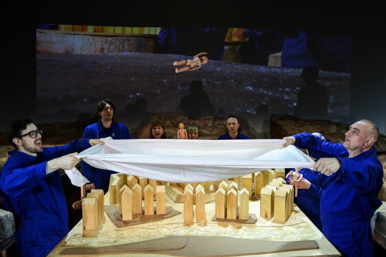 Teatr lalkowy daje duże możliwości w kreacji i przygotowaniu scen zbiorowych - tłumaczy autor adaptacji i reżyser Jakub Roszkowski.