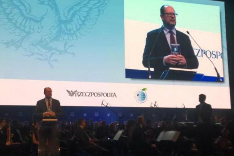 Paweł Adamowicz odbiera nagrodę na II Europejskim Kongresie Samorządu w Krakowie.