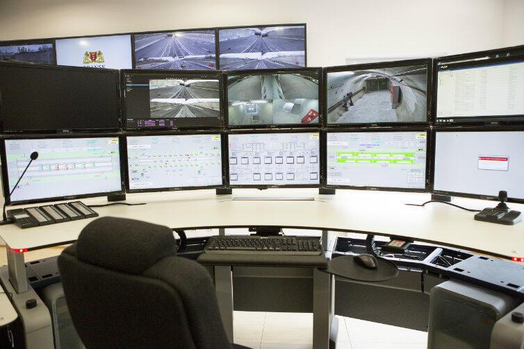 Tak wygląda centrum dowodzenia tunelem: ekrany, klawiatury, monitoring.