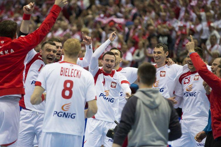 Polscy piłkarze ręczni cieszą się z wywalczenia olimpijskiej kwalifikacji
