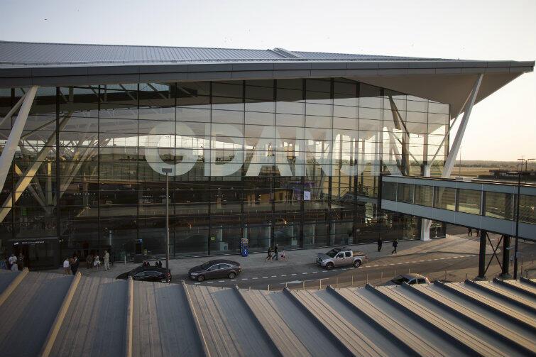 Terminal gdańskiego lotniska o poranku.