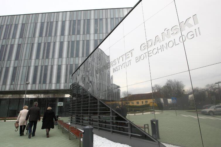 Instytut Biotechnologii UG - w jednej z fasad można się przejrzeć jak w lustrze.