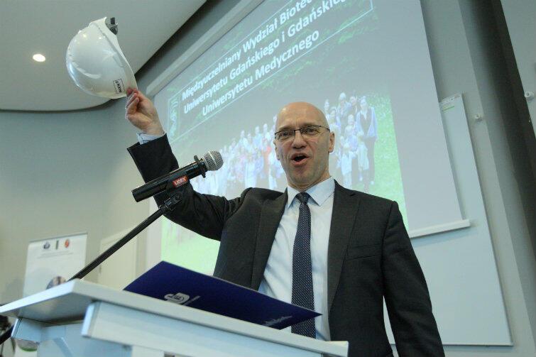 Prof. Igor Konieczny z ulgą żegnał się z kaskiem, symbolem trwającej przez rok budowy instytutu.
