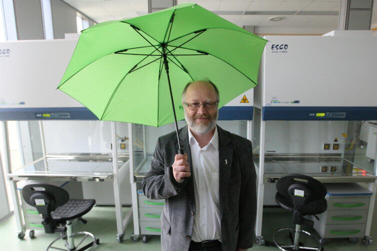 Prof. Michał Obuchowski, prodziekan ds. nauki MWB, oprowadzał gości z parasolem przewodnika w dłoni (nz. laboratorium BSC3).