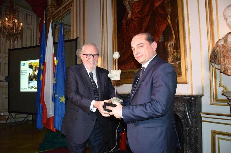 Palace Rohan w Strasburgu - Basil Kerski odbiera statuetkę z rąk Pedro Agramunta.