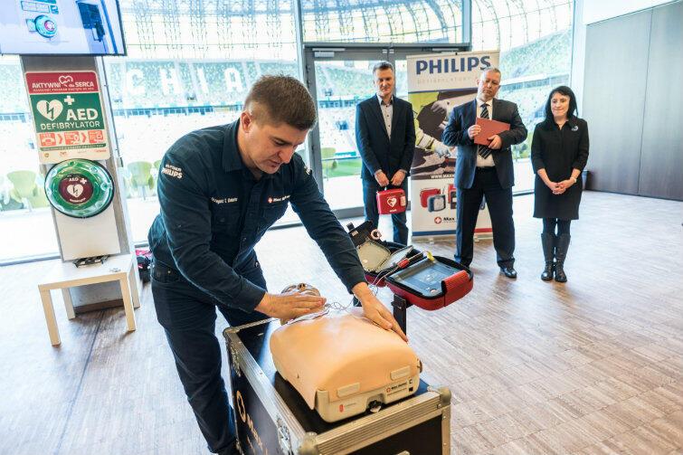 Urządzenie do ratowania życia znajduje się m.in. na gdańskim Stadionie Energa. Zastępca prezydenta Gdańska Andrzej Bojanowski (stoi z tyłu pośrodku) przygotowuje się do szkolenia.