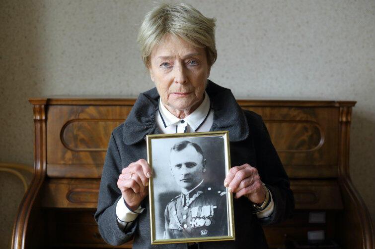 Olga Krzyżanowska z portretem swojego ojca, Aleksandra Wilka Krzyżanowskiego