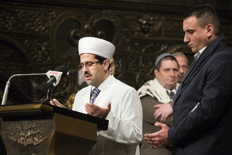Archikatedra Oliwska. 19 listopada 2015 r. W intencji ofiar zamachów terrorystycznych w Paryżu modlą się m.in. imam Ismail Caylak i Olgierd Chazbijewicz (po prawej).
