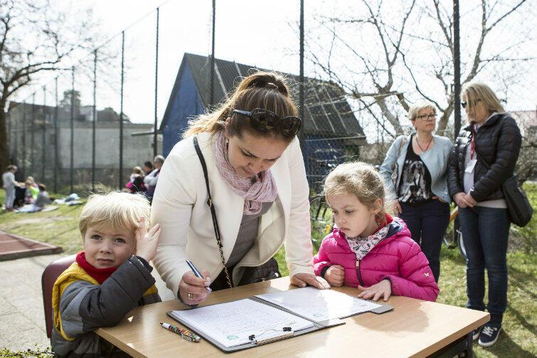 Podpisy były zbierane głównie przez radnych dzielnicowych. Tutaj - podczas festynu w szkole podstawowej w Sobieszewie.