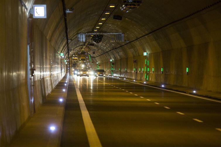 W pierwszy powszedni dzień funkcjonowania jedynego w Polsce tunelu przebiegającego pod wodą, przejechało ok. 20 tysięcy aut