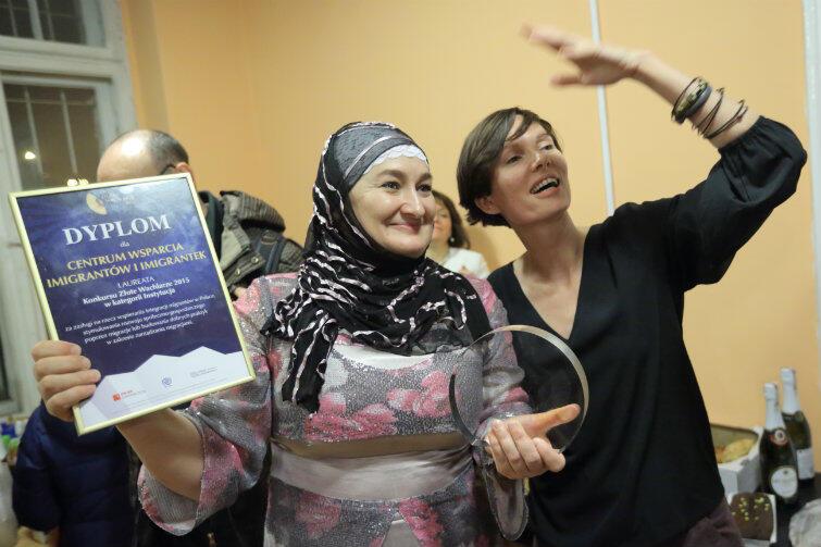 Czeczenka Khedi Alieva i Marta Siciarek, prezeska Centrum Wsparcia Imigrantów i Imigrantek podczas otwarcia siedziby CWII.